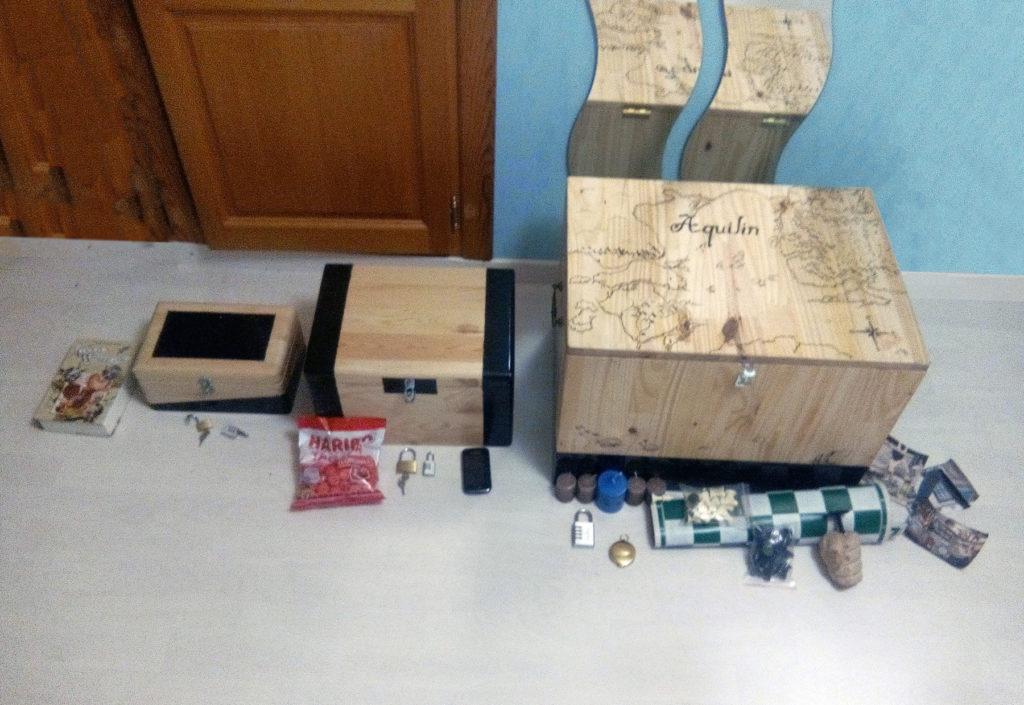 Photo de quatre coffres avec les énigmes qu'ils contiennent