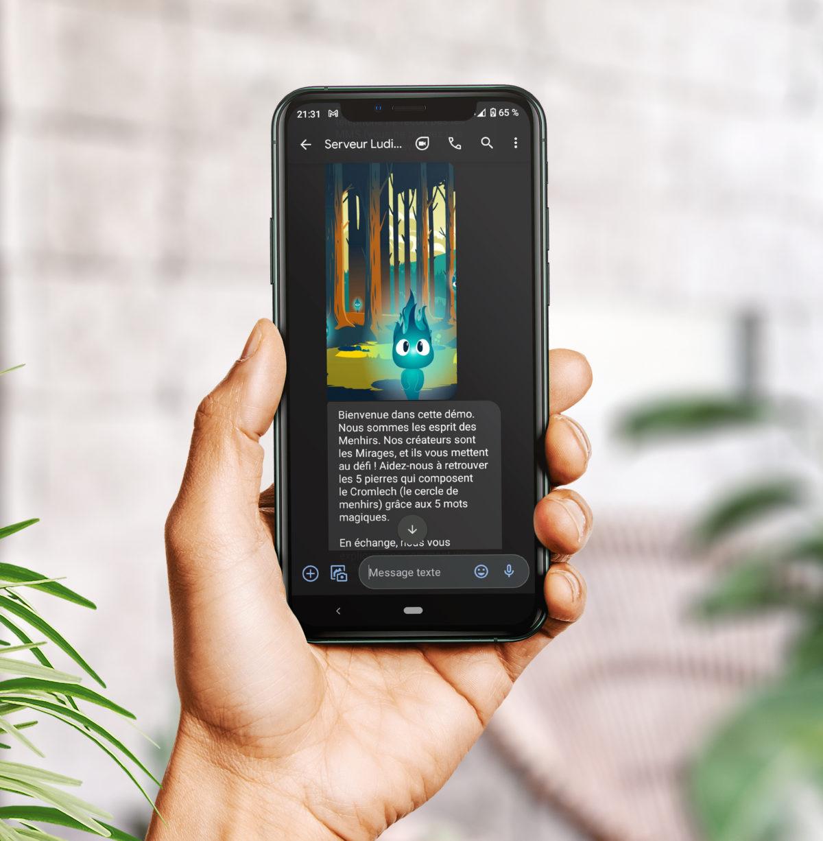 Main qui tient un smartphone avec un SMS Game LudiSMS en cours d'exécution